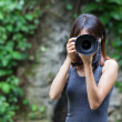 Female photographer takes photo — Foto de Stock