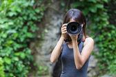 Kobieta fotograf ma zdjęcie — Zdjęcie stockowe