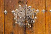 Ahşap kapı ile metal kapı kolu — Stok fotoğraf