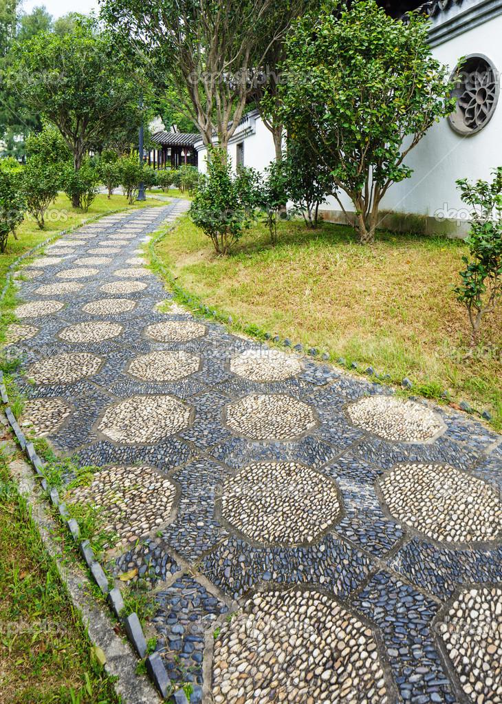 pedra jardim caminho:caminho de pedra seixo no jardim chinês — Foto Stock © leungchopan
