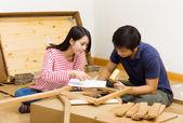 азиатская пара, сборка новой мебели — Стоковое фото