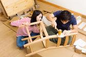 对亚裔夫妇装配新的椅子 — 图库照片