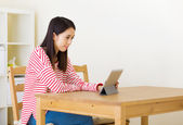 Asian woman using computer tablet — Stockfoto