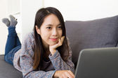 Asian woman watching movie on laptop — 图库照片