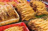 Gıda pazarında satmak için ginseng — Stok fotoğraf