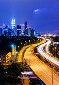 куала-лумпур skyline в ночь — Стоковое фото