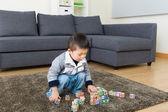Kleiner junge spielen spielzeug block — Stockfoto