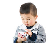 Asian little boy touching the smartphone — Stock Photo