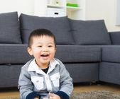 Kleine junge feelng glücklich — Stockfoto