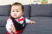 Küçük bebek durmak deneyin — Stok fotoğraf