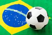 Vlag van Brazilië en voetbal — Stockfoto