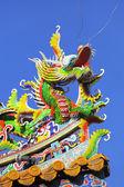 青い空と中国風の龍の像 — ストック写真