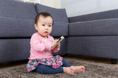 Baby girl use mobile — Stockfoto