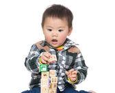 Niño asia juega bloque de juguete de madera — Foto de Stock