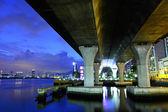Debajo del viaducto en la ciudad — Foto de Stock