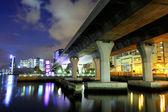 Vista inferior del viaducto en la ciudad — Foto de Stock
