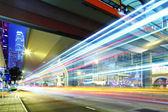 Semáforo de carro na estrada na cidade — Fotografia Stock