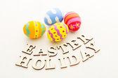 Velikonoční vejce s dřevěnými textem — Stock fotografie