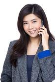 Femme asiatique à l'aide de mobile — Photo