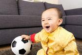 Bebé asiático se siente emocionado con balón de fútbol — Foto de Stock