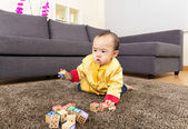 Chinese baby boy play toy blocks at home — Stockfoto