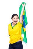 Donna asiatica con calcio giallo vestiti e azienda bandiera Brasile — Foto Stock