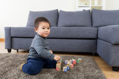 Asia baby boy play toy block at home — Stockfoto