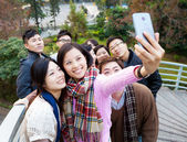 Group of people taking photo themselves — Stockfoto