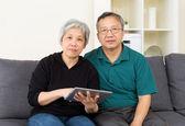 Ouder paar met behulp van tablet pc — Stockfoto