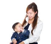 Aziatische moeder haar zoon te kijken — Stockfoto
