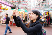 Woman taking selfie in Hong Kong — Stockfoto
