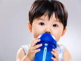 Petite boisson eau forme biberon — Photo