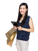 Asian woman with shopping bag and digital tablet — Stock Photo
