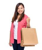 Mutlu kız alışveriş çantası ile — Stok fotoğraf