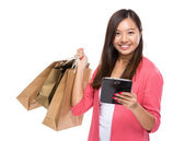 Asian woman with tablet and shopping bag — Foto Stock