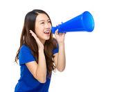 Femme crier avec un mégaphone — Photo