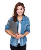 Azjatycki młoda kobieta z laptopa — Zdjęcie stockowe