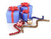 Подарочные коробки и рождественские украшения — Стоковое фото