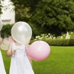 filles tenant des ballons dans le jardin — Photo