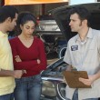 Couple Talking To Mechanic - Foto Stock