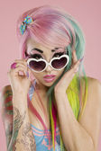 Ung kvinna som bär solglasögon — Stockfoto