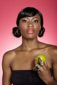 Porträt der jungen frau hält grünen apfel auf farbigen hintergrund — Stockfoto