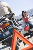 Triángulo de advertencia con tráfico y mujer policía — Foto de Stock