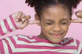 Ragazza con le dita nelle orecchie — Foto Stock