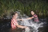 друзья брызг воды друг на друга — Стоковое фото