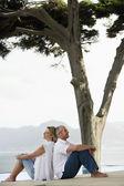 Sesión de pareja espalda con espalda — Foto de Stock