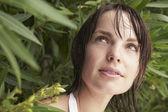 Kobieta szuka z krzewów — Zdjęcie stockowe