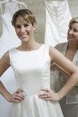 Madre novia ayudando a vestir — Foto de Stock