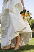 新娘婚纱举行玫瑰 — 图库照片