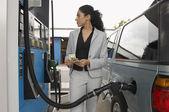 Mujer repostaje coche bomba de gasolina — Foto de Stock